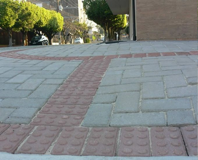 Calçada com guia para deficientes visuais